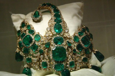 http://lamutamu.com/wp-content/uploads/2013/02/headgear-of-maharaja-bhupinder-singh-decked-up-with-green-emerald-stones.nicefun.net_.jpg