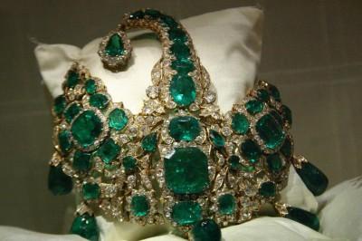 http://lamutamu.com/wp-content/uploads/2013/02/headgear-of-maharaja-bhupinder-singh-decked-up-with-green-emerald-stones.nicefun.net_.jpg